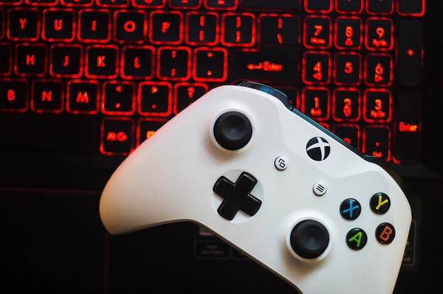 klávesnice a gamepad.jpg
