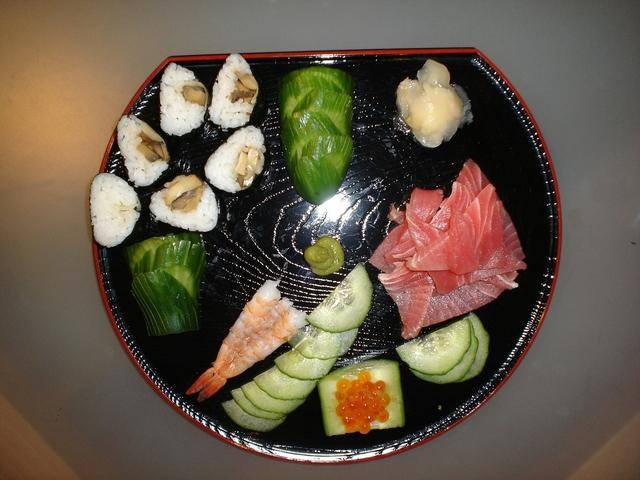 pokrm se zeleninou, rybím masem a řasami