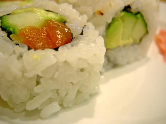 sushi zabalené s řasou, avokádem a lososem